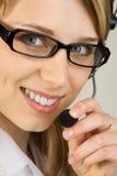 slitage kvinna för hörlurar med mikrofon Arkivfoton