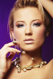 slitage kvinna för halsband Arkivbild