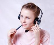 slitage kvinnabarn för lycklig hörlurar med mikrofon Fotografering för Bildbyråer