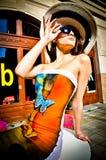 Slitage solglasögon och hatt för kvinna Arkivbild