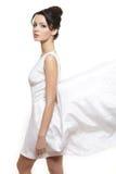 slitage vit kvinna för härligt brudklänningflyg Arkivfoto