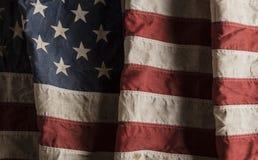 Sliten amerikanska flaggan som är gammal och Royaltyfri Fotografi