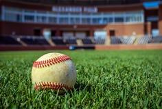 Sliten baseball på baseballstadion Arkivfoton