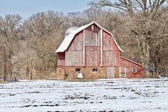 Sliten snöig ladugård fotografering för bildbyråer
