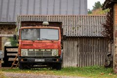 SLITERE LETTLAND - 26 OKTOBER 2018: Den gamla sovjet gjorde lastbilen royaltyfri foto
