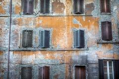 Slitet byggande ner med fönsterslutare Royaltyfri Bild