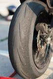 Slitet gummihjul på en motorcykel Royaltyfria Bilder