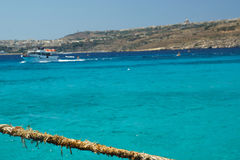Slitet rep på den blåa lagun, Comino, Malta arkivfoto
