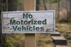 Slitet underteckna ut att indikera inga motoriserade medel Fotografering för Bildbyråer