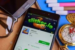 slither io-bärare app på den Smartphone skärmen royaltyfria bilder