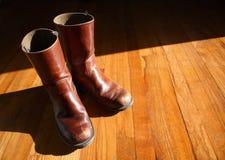 Slitna bruna läderkängor Royaltyfri Foto