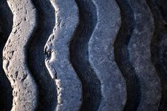 Slitna gamla gummihjulspår royaltyfri fotografi