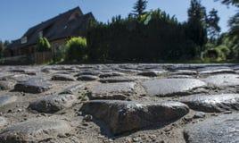 Slitna gamla kullersten slätar till och med åren Arkivfoto