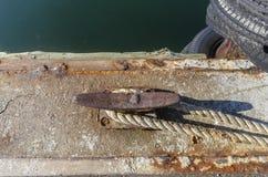Slitna horn- dubb-, dockline- och gummigummihjulstötdämpare på hamnplatsen arkivbild
