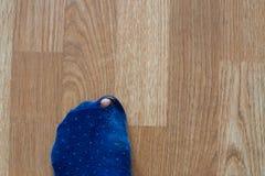 Slitna ut sockor med en tå som ut klibbar Royaltyfria Bilder