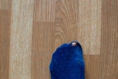 Slitna ut sockor med en tå som ut klibbar Royaltyfri Bild