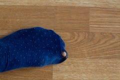 Slitna ut sockor med en tå som ut klibbar Royaltyfri Foto
