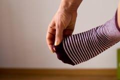 Slitna ut sockor med en tå som ut klibbar Arkivbild