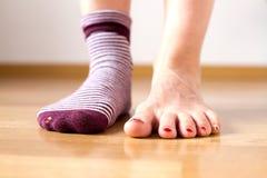 Slitna ut sockor med en tå som ut klibbar Royaltyfri Fotografi