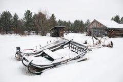 Slitta abbandonata sotto la neve Immagine Stock Libera da Diritti