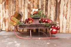 Slitta con i presente e le grandi palle rosse Fotografie Stock Libere da Diritti