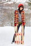 Slitta della holding della donna nel paesaggio dello Snowy fotografie stock libere da diritti