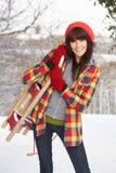 Slitta della holding della donna in neve fotografia stock