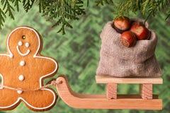 Slitta di legno con una borsa dei dadi Concetto di Natale Immagini Stock