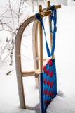 Slitta di legno della corsa in neve profonda fotografia stock