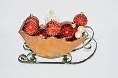 Slitta di legno in pieno degli ornamenti immagine stock