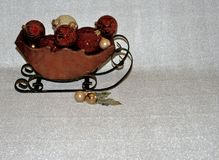 Slitta di legno in pieno degli ornamenti fotografie stock