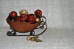 Slitta di legno in pieno degli ornamenti fotografia stock libera da diritti