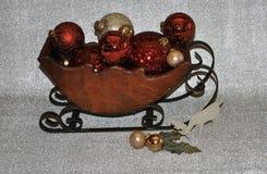 Slitta di legno in pieno degli ornamenti fotografia stock