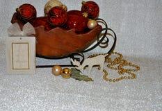 Slitta di legno in pieno degli ornamenti immagini stock libere da diritti
