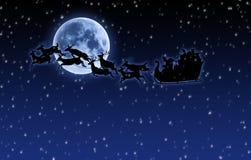 Slitta e renna della Santa con la luna piena e la neve Immagini Stock