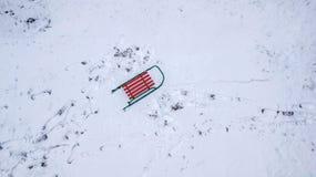 Slitta nella vista della neve dal quadcopter Vista dell'occhio del ` s dell'uccello fotografia stock libera da diritti