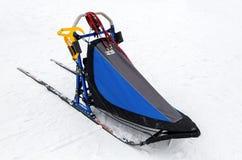 Slitta per la corsa di cani della slitta sulla neve bianca nell'orario invernale Immagine Stock