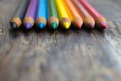Slittamenti taglienti del primo piano colorato delle matite Immagini Stock