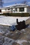 Slittamento, caduta sul marciapiede ghiacciato, incidente domestico Fotografia Stock Libera da Diritti