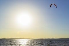 Slittando attraverso le onde con un paracadute Immagine Stock Libera da Diritti