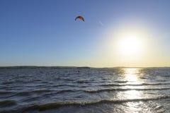 Slittando attraverso le onde con un paracadute Fotografie Stock