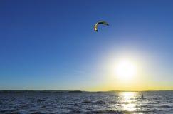 Slittando attraverso le onde con un paracadute Fotografia Stock