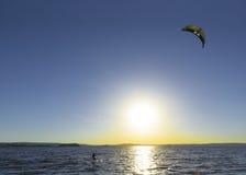 Slittando attraverso le onde con un paracadute Immagine Stock