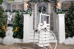 Slitte e pattini nella priorità alta Entrata della Camera decorata per le feste Decorazione di natale ghirlanda dell'albero di ab Immagine Stock Libera da Diritti