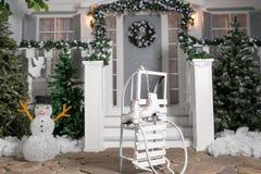 Slitte e pattini nella priorità alta Entrata della Camera decorata per le feste Decorazione di natale ghirlanda dell'albero di ab Immagini Stock