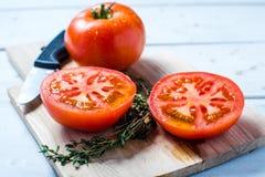 Slived halverar mogna röda självodlade tomater Fotografering för Bildbyråer