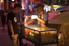 Sälja mat på gatan Fotografering för Bildbyråer