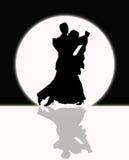 Sällskapsdans i månskenet som är svartvitt Arkivfoto