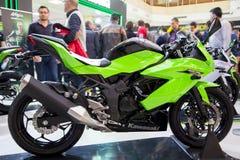 川崎250SL在显示的表现摩托车在欧亚大陆motobike商展, CNR商展 免版税库存图片