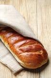Släntra av vitt bröd i en linnebordduk Royaltyfri Foto
